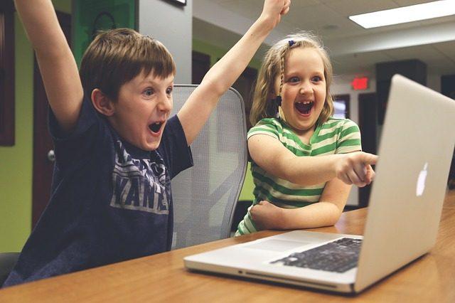 Børn spiller Sims 4