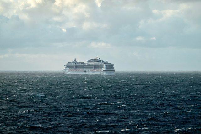 Et krydstogtskib der sejler i horisonten