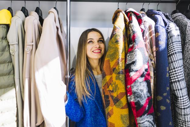 Kvinde står i sin garderobe