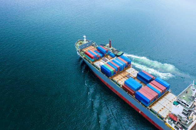 Et containerskib sejler